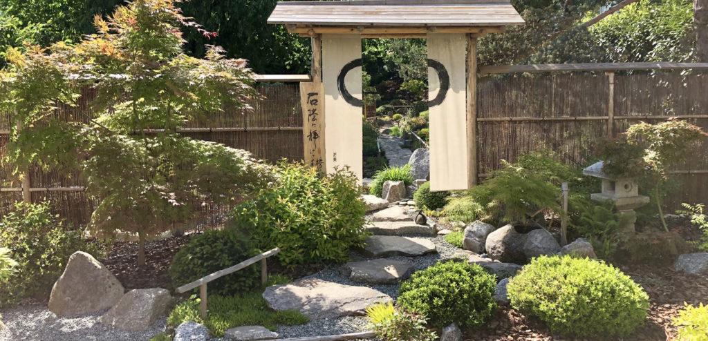 Jardin Japonais situé en Alsace dans le haut-Rhin. Composition d'une palissade traditionnelle, Tsukubai, Lanterne Granit, Erables....